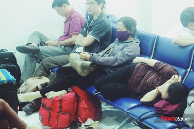 Nhiều vị khách nằm dài ra ghế.