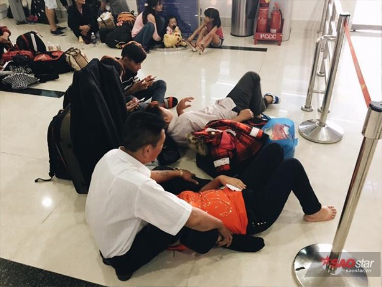 Nhiều người phải ngồi dưới sàn.