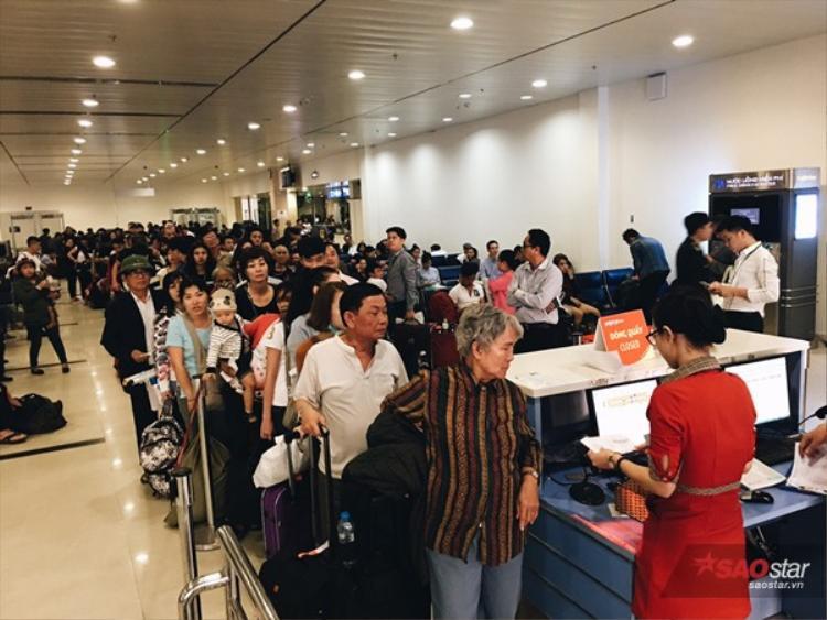 Hàng dài những hành khách chờ qua cửa lên máy bay.