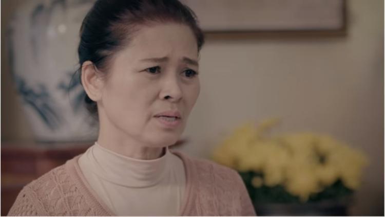 Vẻ mặt buồn rầu của người mẹ.