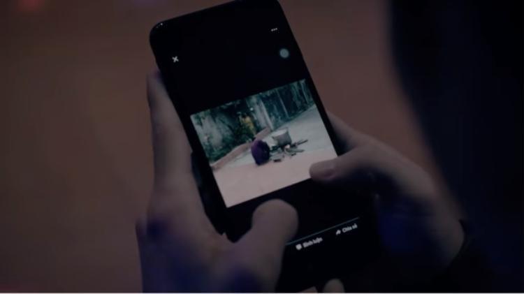 """Chỉ đến khi, anh chàng kiểm tra điện thoại vàsửng sốt khi thấy những hình ảnh vô tâm của mình được người bố đăng tải lên trang cá nhân với lời chú thích """"chờ con về""""."""