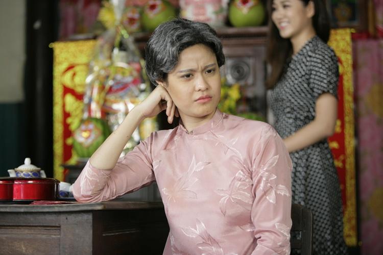 Về phía Trương Quỳnh Anh, cô đã phải chờ 6 tiếng đồng hồ để hóa trang thành bà già. Nữ ca sĩ đã nhờ đến ekip hóa trang phim điện ảnh hỗ trợ mình. Vốn là một người sợ nếp nhăn trên mặt, nhưng lần này Trương Quỳnh Anh phá lệ, ngồi 6 tiếng để vẽ từng nếp nhăn lên mặt.