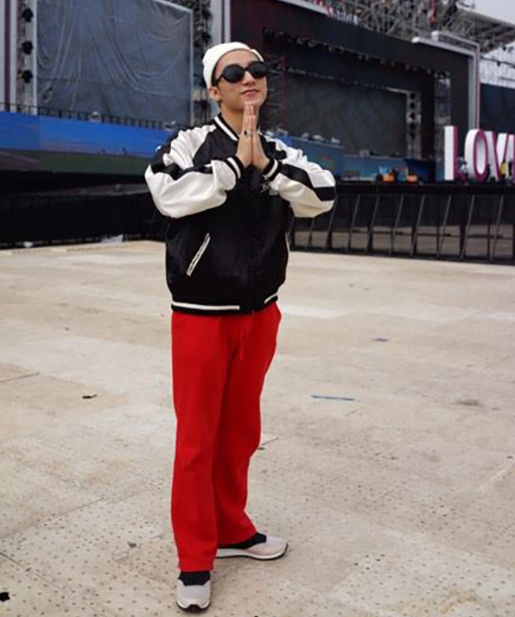 Sơn Tùng xuất hiện với phong cách thời trang nổi bật.