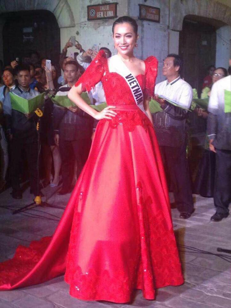 Lệ Hằng xuất hiện quyến rũ trong bộ váy màu đỏ rực rỡ.