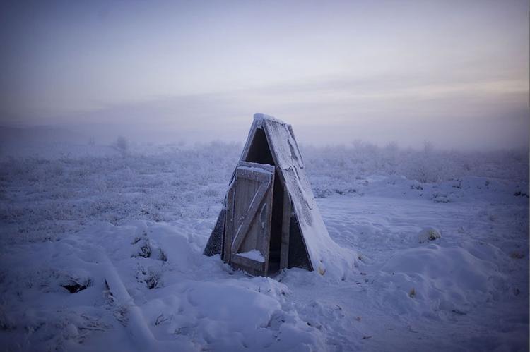 Nhà vệ sinh luôn được xây ngoài trời, vì đến mặt đất còn đóng băng thì làm gì có ống thoát nước nào hoạt động được nhỉ?
