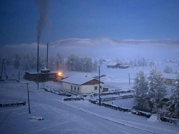 Xưởng sưởi chạy bằng than giúp cho các ngôi nhà trong làng được giữ ấm.