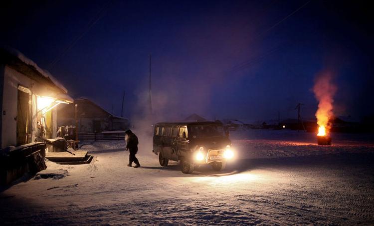 Xe cộ phải được cất trong garage sưởi ấm, hoặc mở máy liên tục ngoài trời. Vì nếu tắt máy, động cơ cũng bị đóng băng theo và xe sẽ… không bao giờ nổ máy lại được nữa.