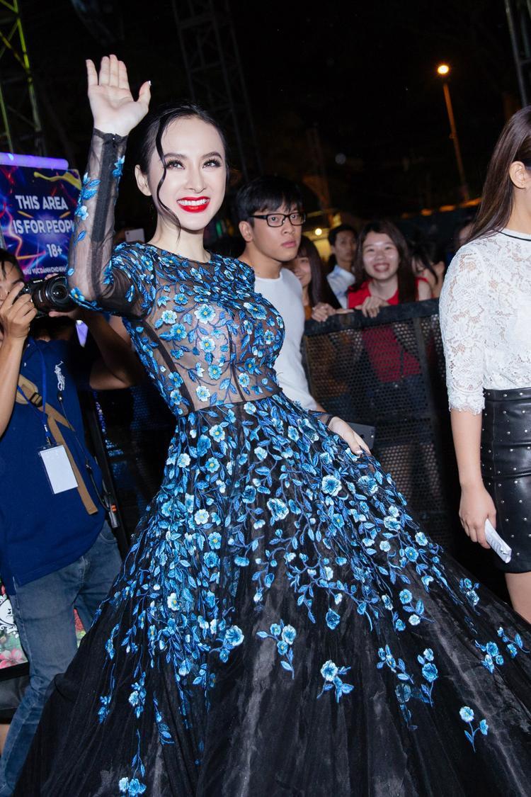 Đến trước khi chương trình diễn ra gần 1 giờ đồng hồ, Angela Phương Trinh đã có mặt tại Quảng trường công viên Sông Hậu.