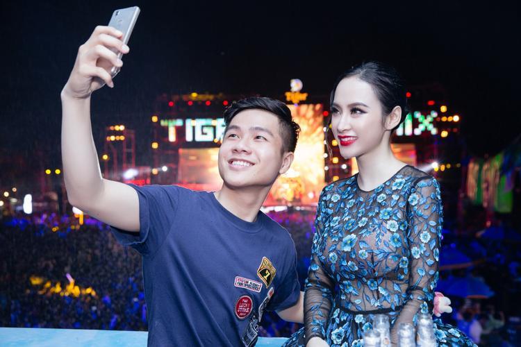 """Dù """"kẹt cứng"""" giữa vòng vây người hâm mộ, người đẹp Sứ mệnh trái tim vẫn vui vẻ hỏi thăm và lần lượt """"selfie"""" cùng họ."""