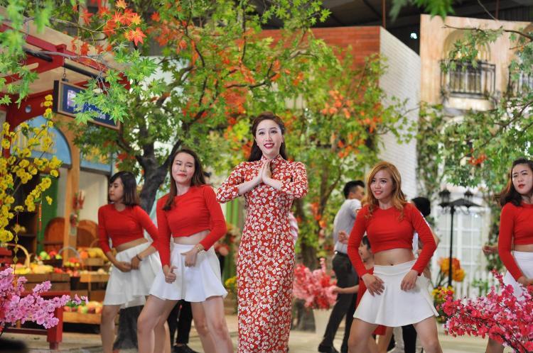 Lựa chọn trang phục kín đáo với áo dài truyền thống, nữ ca sĩ Single Lady vẫn xinh đẹp, quyến rũ.