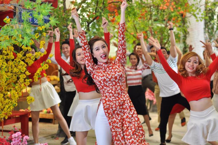 """Bảo Thy cùng những diễn viên """"bất đắc dĩ"""" nhảy nhót vui nhộn trong MV."""
