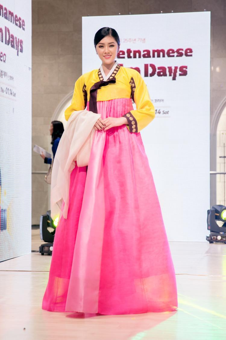 Trong một tiết mục đặc biệt, Huỳnh Tiên được BTC giới thiệu trân trọng và mong muốn mời cô lên sân khấu bên cạnh 4 người đẹp Miss Korea 2016 với mục đích giao lưu văn hóa giữa hai đất nước Việt - Hàn.