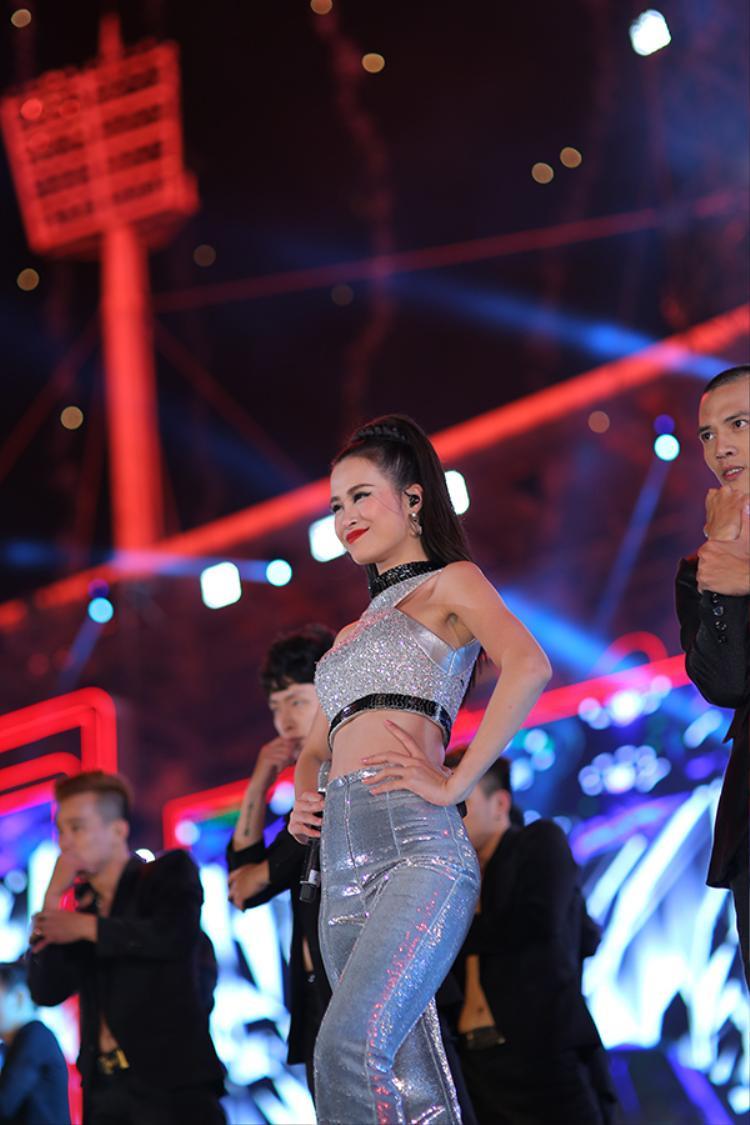 HLV Giọng hát Việt Đông Nhi lại đầy quyến rũ với trang phục bạc lấp lánh.
