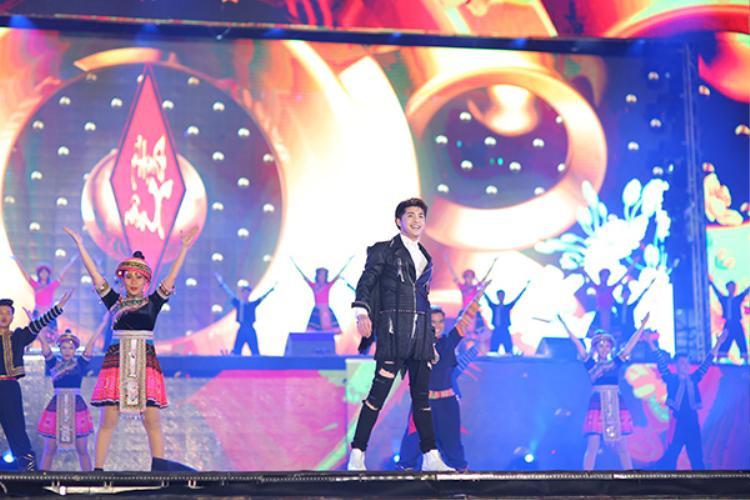 Trong chương trình còn có sự góp mặt của nam ca sĩ Noo Phước Thịnh với bản hit quen thuộc Hold Me Tonight.