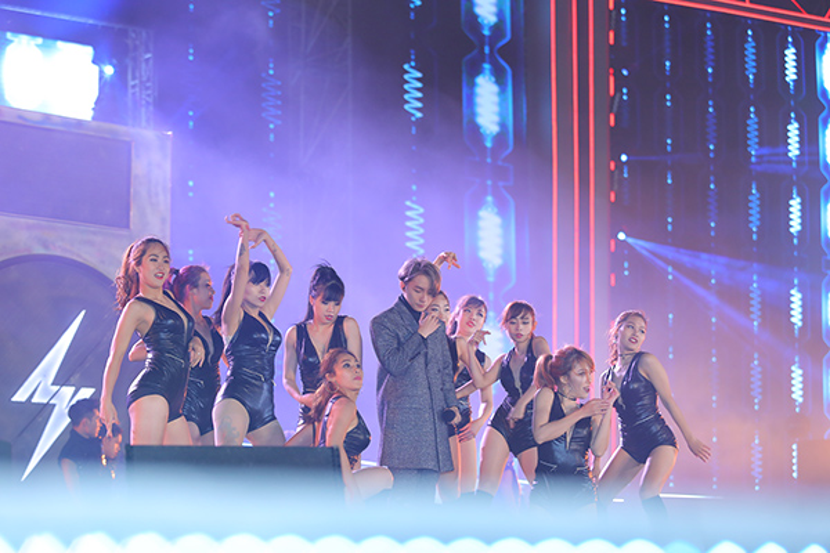 Xuất hiện cùng dàn sao khủng, Thu Minh khiến hàng chục ngàn khán giả bùng cháy