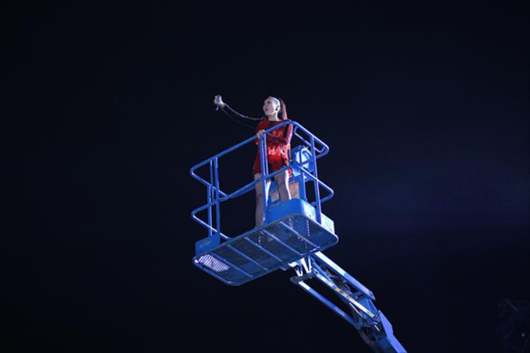 Thu Minh vừa cất cao giọng hát vừa di chuyển trên cao…