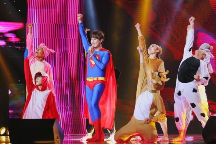"""Papa Ưng Đại Vệ trở thành một siêu anh hùng """"bảo vệ"""" cô con gái của mình trong đêm chung kết Sing my song - Bài hát hay nhất 2016."""