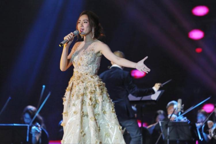 Trương Kiều Diễm xinh đẹp với mẫu đầm Ball Gown đính kết hoa thời thượng.