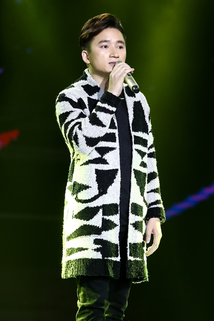 Phan Mạnh Quỳnh ấn tượng với trang phục họa tiết trên sân khấu Bài hát hay nhất 2016.