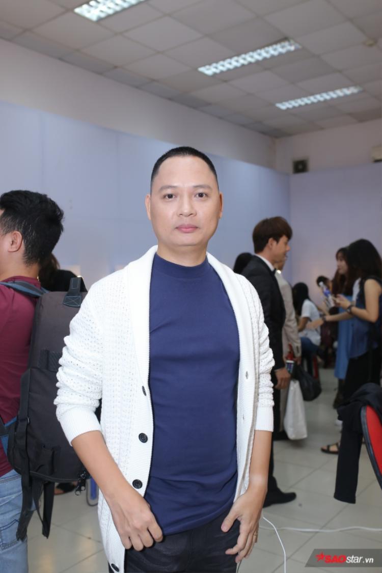 HLV Nguyễn Hải Phong trong hậu trường.