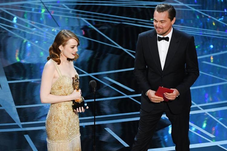 Leonardo DiCaprio lên sân khấu trao giải Nữ diễn viên xuất sắc nhất cho Emma Stone.
