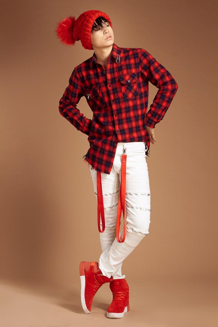 Thời trang cũng là lĩnh vực là Tùng Anh rất quan tâm. Dù chưa có nhiều điều kiện cho việc sắm sửa quần áo, phụ kiện, nhưng anh chàng vẫn muốn mỗi lần xuất hiện đều phải chỉn chu và có chút sức hút.