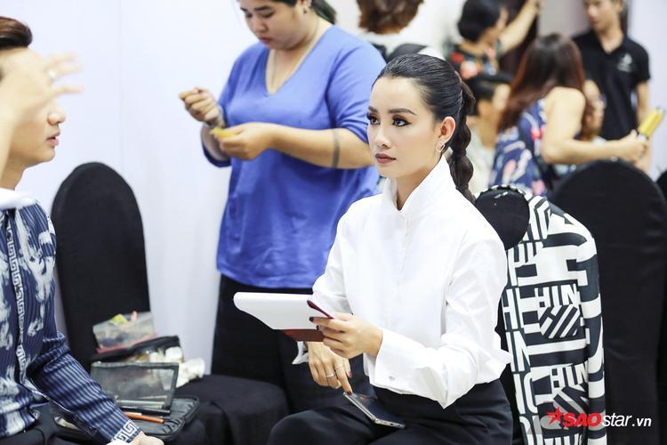 …và MC Quỳnh Chi chuẩn bị tại hậu trường