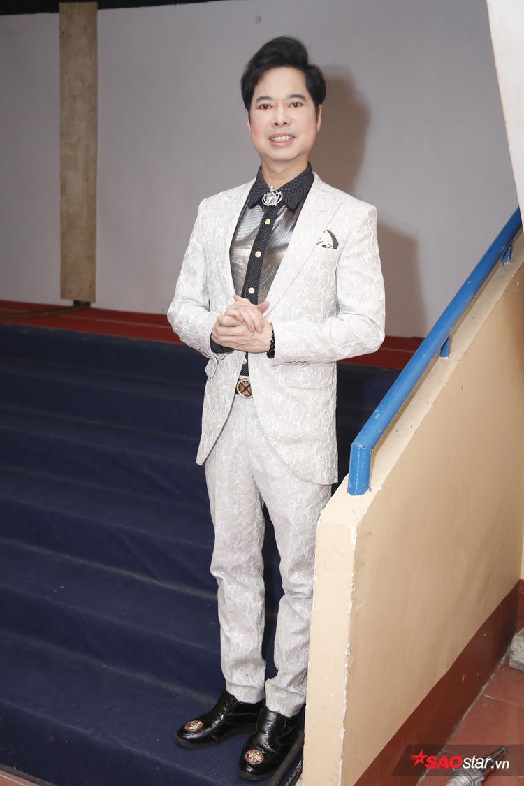 Mặc dù gặp một sự cố nhỏ trước khi lên sân khấu, HLV Ngọc Sơn vẫn kịp hoàn thành và góp mặt trong buổi ghi hình lần này.