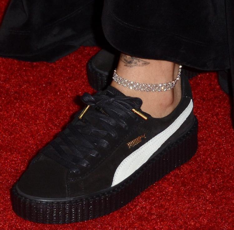 Và cận cảnh bản phối hợp trắng - đen được Rihanna tự hào khoe trên thảm đỏ có giá tại trang $229 - $400 (5.200.000 - 9.100.000 VNĐ)