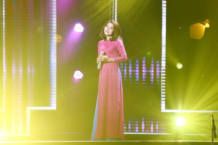 Không chỉ thế, với tà áo dài truyền thống, giọng ca đến từ Hà Nội còn ghi điểm với các HLV và khán giả bằng vẻ ngoài dịu dàng, nữ tính.