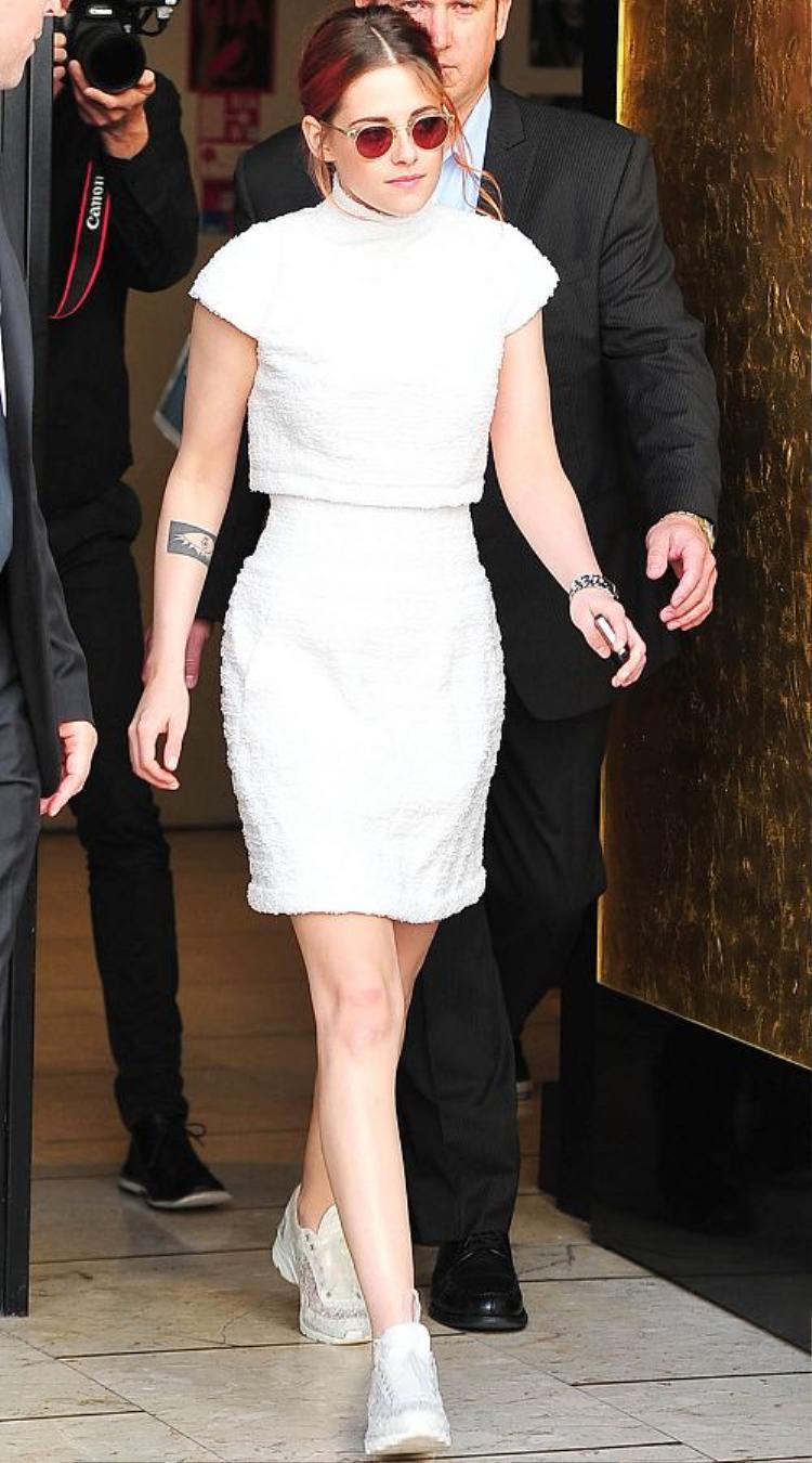 Kristen Stewart thích những set đồ trắng từ Chanel bởi vẻ đẹp trẻ trung, vừa thanh lịch lại vừa cá tính khi mix cùng sneaker trắng.