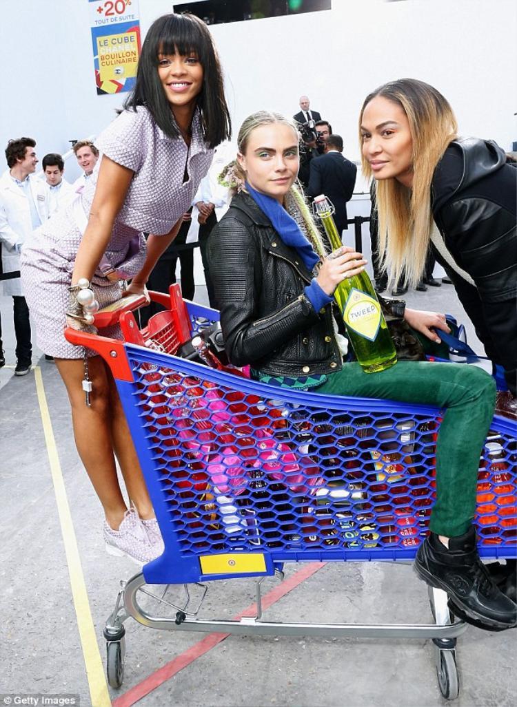 Cara Delevingne từng tham gia trong một chiến dịch của Chanel cùng nữ ca sĩ nổi tiếng Rihanna vào năm 2015.