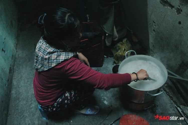 Mỗi trưa chị về nhà cuối con hẻm 660 để nấu cháo cho những người nghèo.