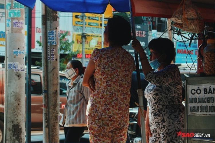Giờ không còn mình chị Linh, mà mọi người trong hẻm cùng 660, đường Lê Hồng Phong cùng nhau nấu nồi cháo miễn phí.