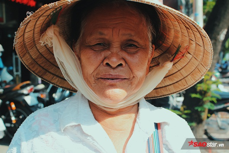 Bà Ánh năm nay đã ngoài 70 nhưng vẫn đi bán vé số. Bà đến nhận 5 hộp cháo để mang về cho những người già đang sống cùng với bà