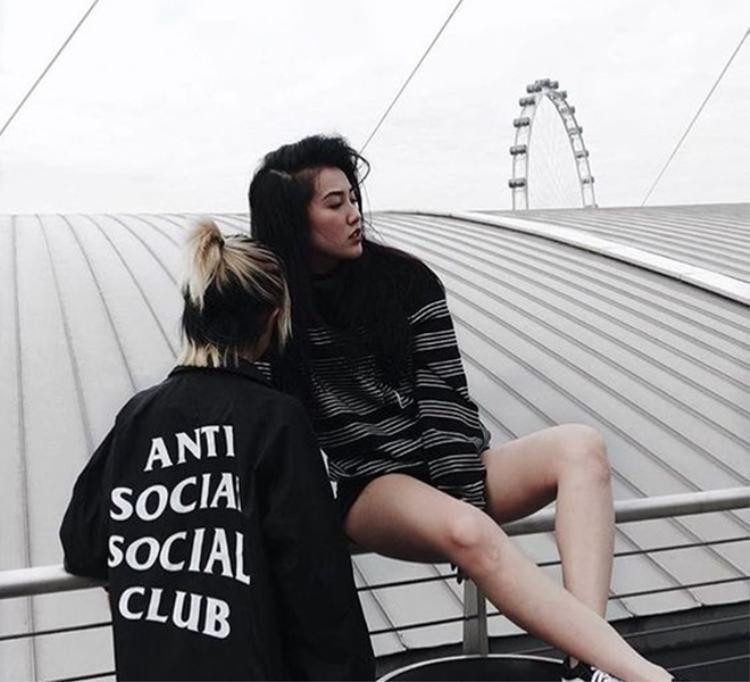 """Chiếc áo với câu slogan này theo chân các tín đồ thời trang """"check in"""" khắp đường phố."""