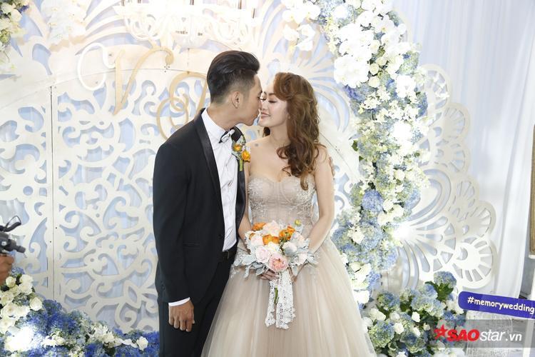 Mai Quốc Việt tình tứ với vợ.