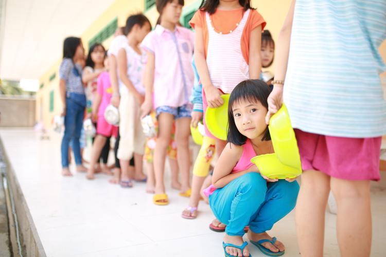 Tại đây có tổng cộng gần 300 trẻ mồ côi trong độ tuổi từ 6-18 tuổi.