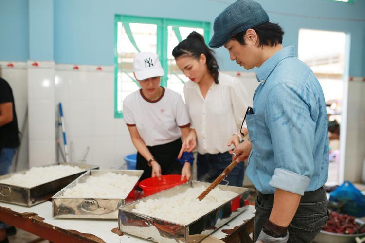Sau khi Trúng Số và Bao Giờ Có Yêu Nhau đạt được các giải thưởng lớn, hiện tại đạo diễn Dustin Nguyễn đang cùng Bebe Phạm thực hiện một bộ phim hành động của Mỹ. Anh cho biết kể từ ngày có bà xã bên cạnh, sự nghiệp của anh liên tục được thăng hoa.