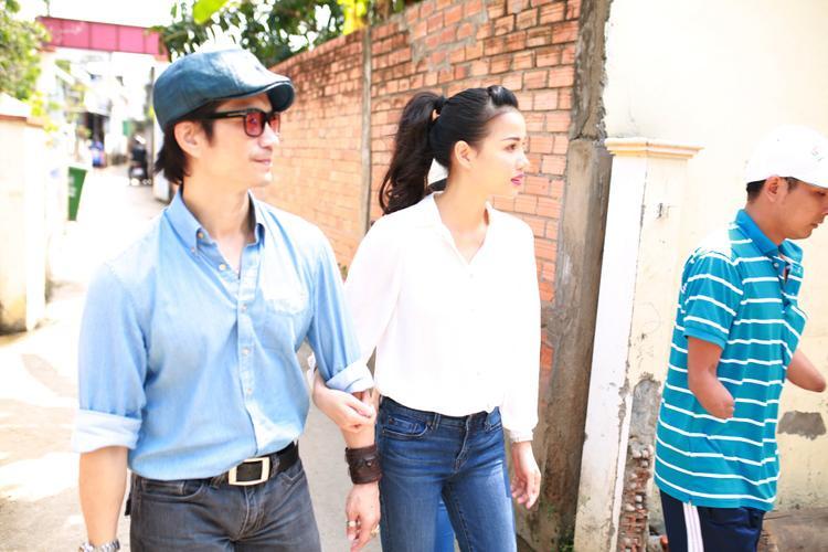 Dustin Nguyễn  Bebe Phạm giản dị, tay trong tay đi từ thiện