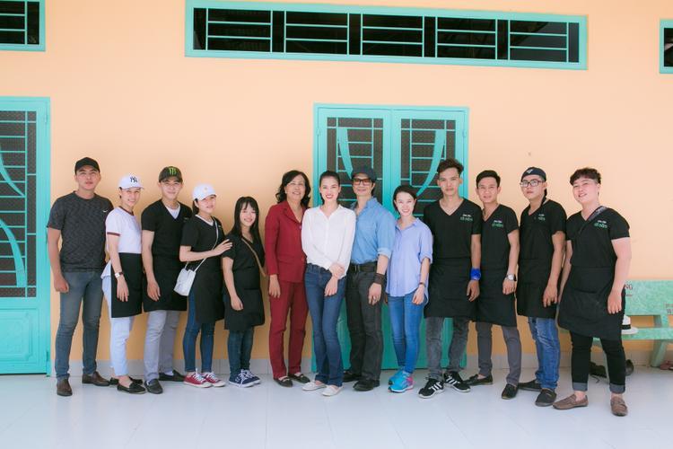 Vợ chồng Dustin Nguyễn - Bebe Phạm và đoàn từ thiện chụp hình lưu niệm cùng cô Loan quản lý của trung tâm.