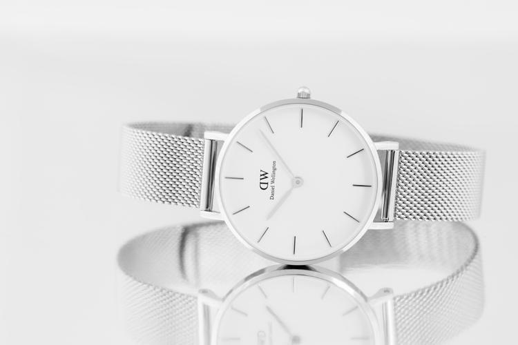 Với cái tên Classic Petite (mang nghĩa những chiếc đồng hồ cổ điển nhỏ nhắn), bộ sưu tập này dành riêng cho phái nữ, các quý cô mảnh mai.