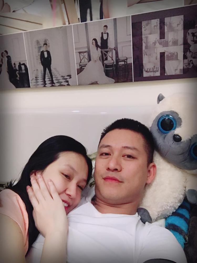 Kể từ khi bà xã Thu Hương mang bầu lần hai, Tuấn Hưng thường xuyên ở bên cạnh chăm sóc và dành cho vợ những lời yêu thương.