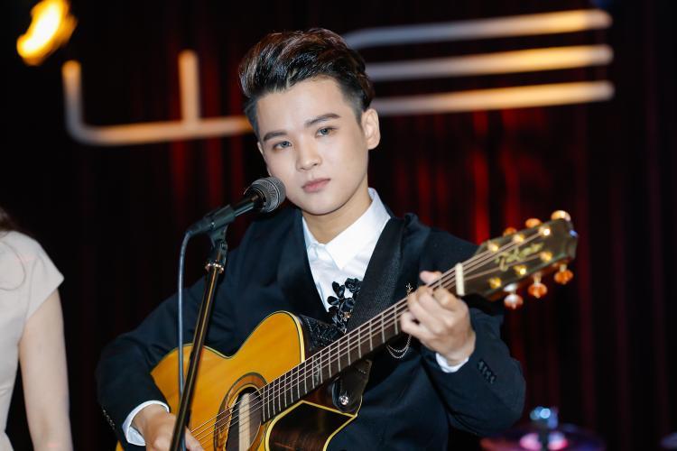 Anh còn thể hiện khả năng chơi guitar ở một tiết mục song ca cùng Hồ Quỳnh Hương.