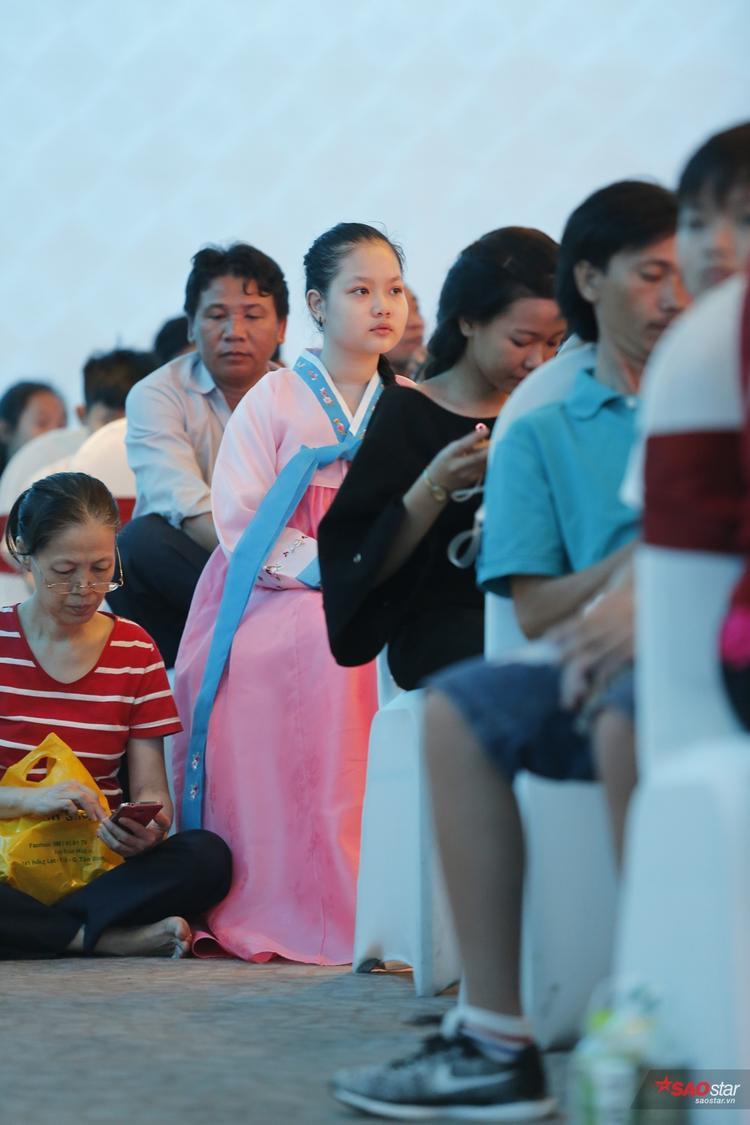 Cô bé diện trang phục Hanbok.