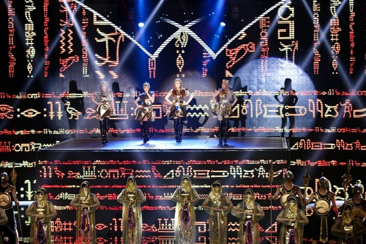 Sân khấu hoành tráng với hiệu ứng đèn hiển thị những ký tự Ai Cập ấn tượng.