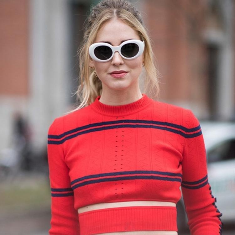 Đầu tiên phải kể đến Chiara Ferragni NTK kiêm fashion icon nổi tiếng với phong cách đa dạng, cô kết hợp kính Kurt Cobain điểm nhấn cho tổng thể hiện đại và đẳng cấp