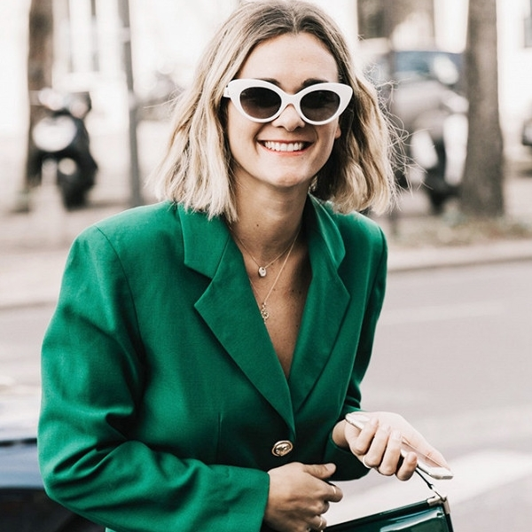"""Được nói rằng hơi hầm hố, nhưng nhìn mà xem, cô ấy làm chiếc kính của chúng ta trở nên quyến rũ và thật """"high-fashion"""""""