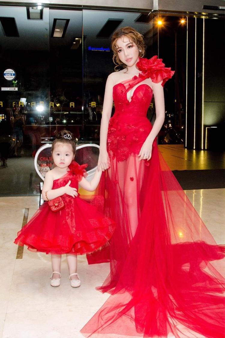 Nhất là những dịp hai mẹ con cùng nhau đi sự kiện.