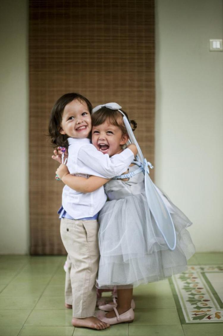 Cũng giống như nhiều phụ huynh khác, nữ ca sĩ Hồng Nhung giữ kín hình ảnh của hai thiên thần Tôm - Tép với công chúng. Phải đến năm 2014 trong tiệc sinh nhật 2 tuổi, nữ ca sĩ mới chịu chia sẻ hình ảnh của các con.